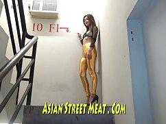 Chica rusa señora mexicana culona en medias de rejilla chupa apasionadamente una polla apretada