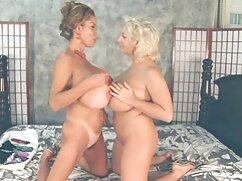 Mujer madura pliega grandes senos de silicona maduras ardientes mexicanas con pezones que sobresalen