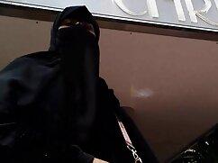 Mujer con 10 grandes pechos untados de mexicana madura cojiendo aceite y comenzó a masturbarse en el baño