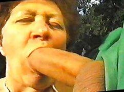 Chica rusa se levantó la falda y se sentó sobre una cola madurita mexicana en el bosque