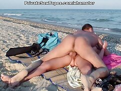 Chica con un gran trasero toma una cola en una pose de perro porno tetonas mexicanas